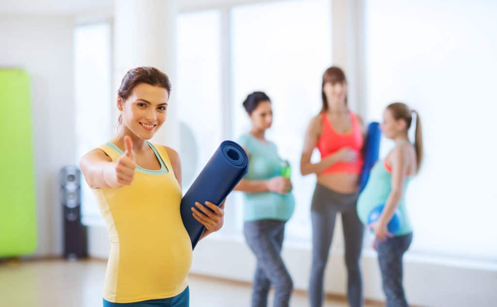 Schwangere bei Fitnesskurs